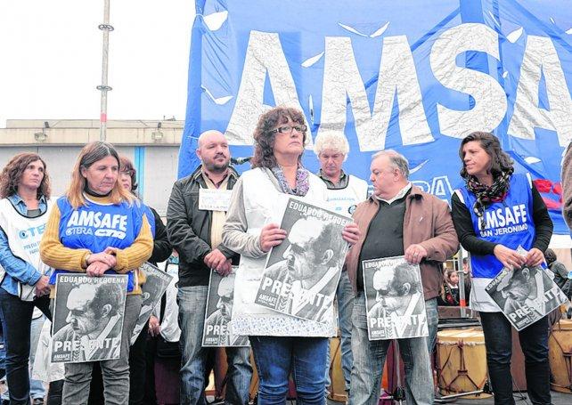 En el acto inaugural de la Escuela Itinerante en Rosario se hizo una especial mención a los maestros desaparecidos.