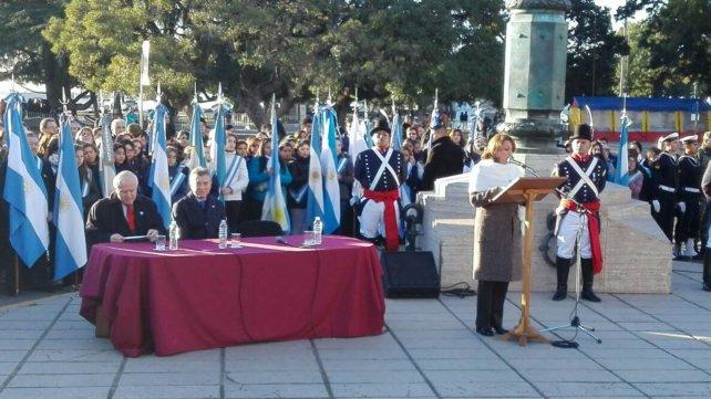 La intendenta Fein abrió el acto en el Monumento.