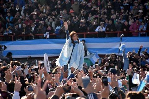 otra estética. Cristina ocupó el centro de la escena en un acto sin la tradicional épica K, con un discurso crítico hacia las políticas de Cambiemos.