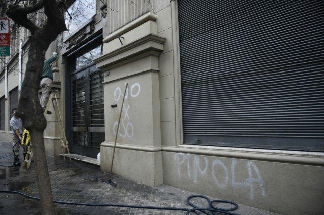 Personal del Colegio Alemán trabajaba esta mañana en remover las pintadas intimidatorias contra Pinola