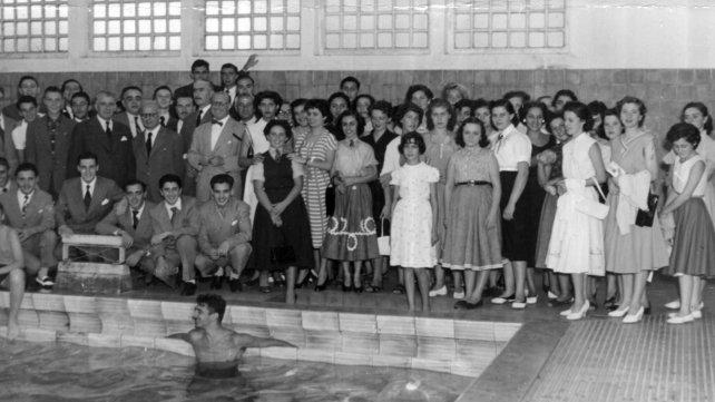 La UES inauguró el natatorio en 1954. La escuela era solo de varones, pero iban chicos y chicas de otras escuelas.