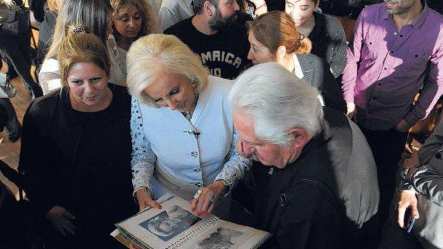 La diva se detuvo a mirar un álbum con fotos de su juventud.