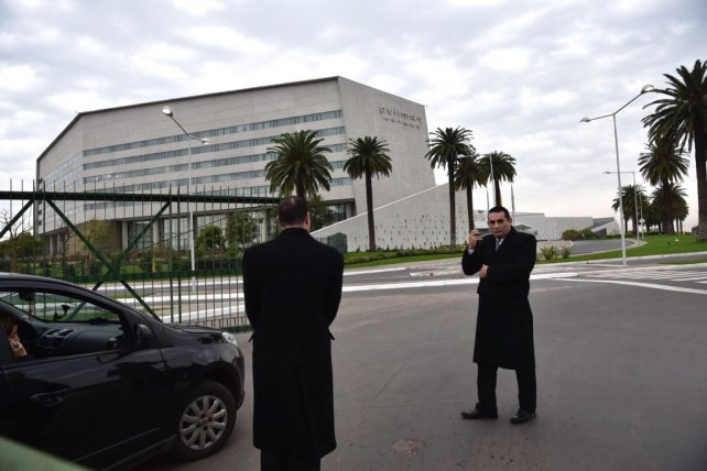 Personal de seguridad privada esta mañana en uno de los accesos al complejo City Center.