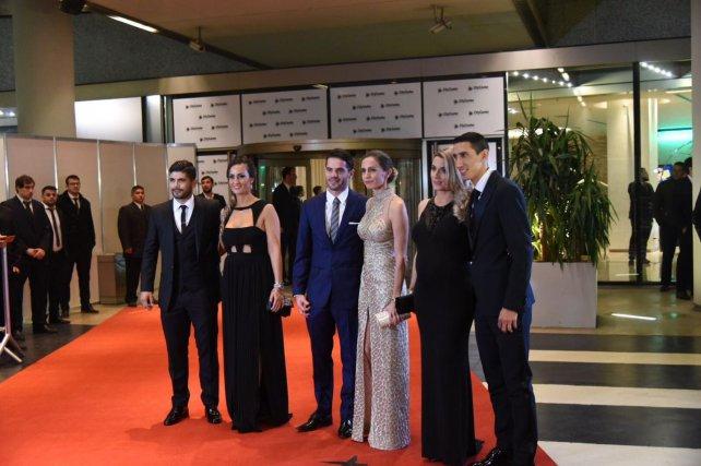Ever Banega, Fernando Gago y Angel Di María junto a sus parejas.