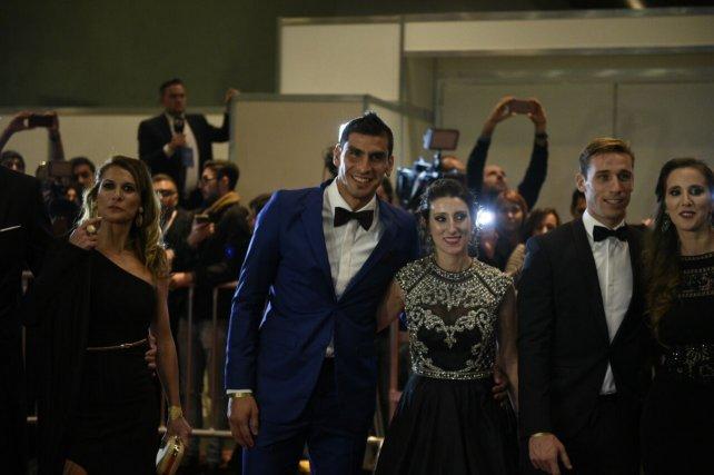 El Patón Guzmán con su pareja también pasaron por la alfombra roja y por las cámaras de los fotógrafos y reporteros.