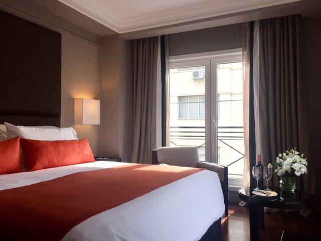 Las habitaciones combinan calidez y distinción.