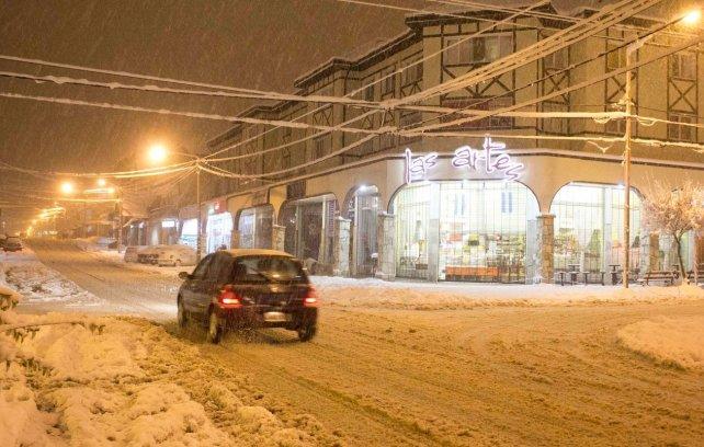 Sectores de Bariloche sin luz por la intensa nevada que azota la ciudad.