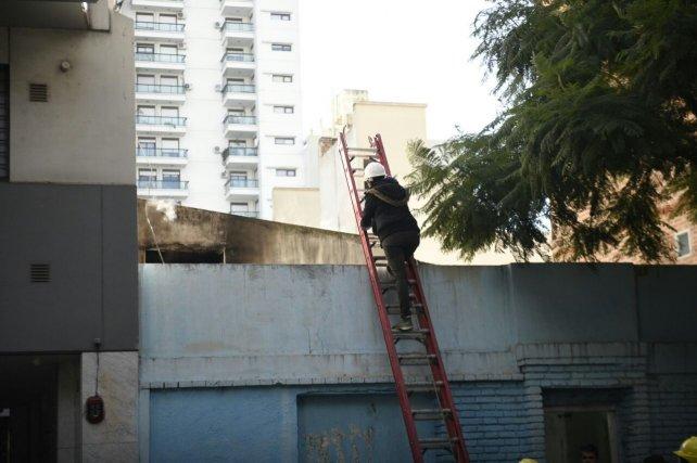 Bombero Zapador intenta acceder al techo de la casa siniestrada. No hubo heridos.