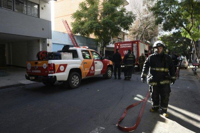 El tránsito en Brown al 2100 estuvo cortado mientras trabajaron los bomberos.