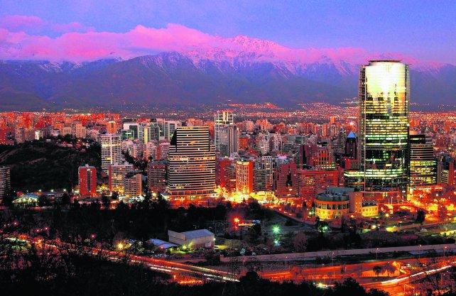 A todas luces. Con la cordillera de Los Andes como telón de fondo, la capital chilena esconde rincones de ensueño, ideales para descubrirlos, caminarlos y enamorarse.
