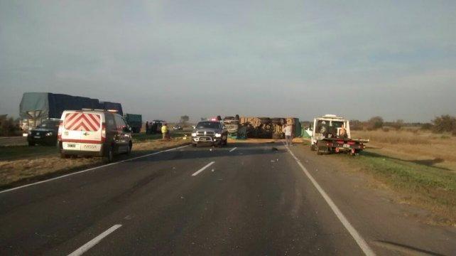 Policías y bomberos en el lugar del accidente.
