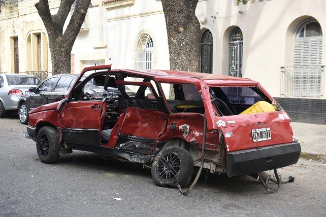 Imagen elocuente. El Fiat Duna donde iba Nuñez, totalmente destruido.