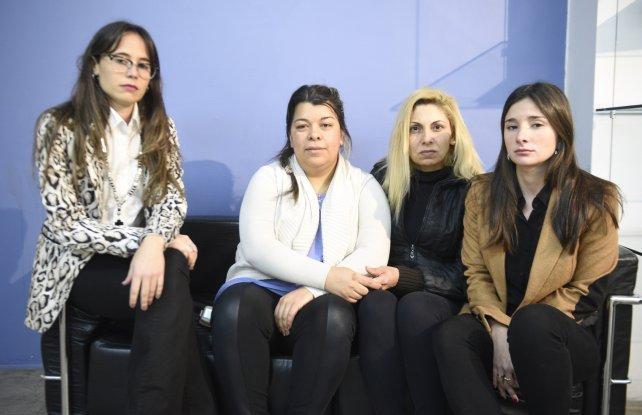 Cristina junto a su cuñada y las abogadas que las representará en el juicio.