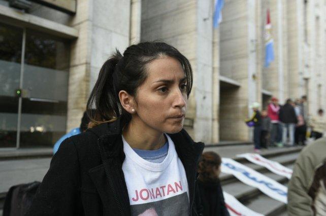 Julieta, hermana de Jonatan, esta mañana en la escalinata de Tribunales.