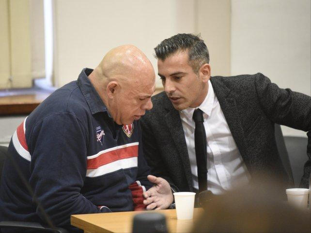 Schmitt y su abogado defensor en el inicio del juicio. Lo acusan de homicidio simple con dolo eventual.