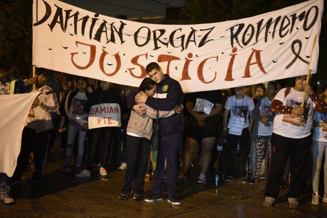 Familiares, amigos y vecinos de Damián durante una marcha en reclamo de justicia.