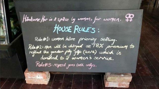 Una cafetería le cobra más caro a los hombres