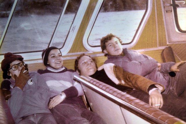 Voy en catamarán. Fito Páez, de boina roja y cigarrillo en mano, con sus compañeros de la Dante.