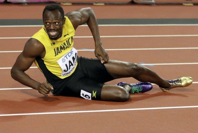 <div>Por el piso. Bolt se acalambró en plena carrera y terminó caído en su última actuación en el atletismo.</div>