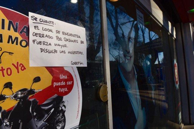 """El cartel indica que la sucursal de Corefin no atenderá hoy """"por razones de fuerza mayor""""."""