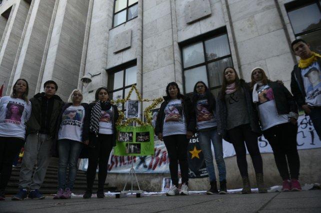 Familiares y amigos de Orgaz esta mañana frente a los Tribunales provinciales.