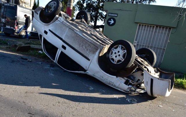 Las víctimas iban en este Chevrolet Corsa. El accidente ocurrió antes de las 8.