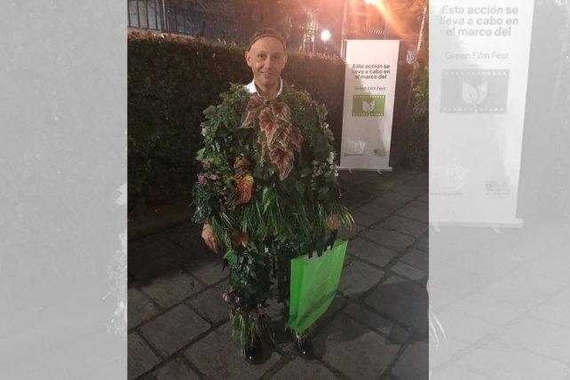 <b>La imagen. </b>El ministro Bergman explicó por qué se disfrazó de arbusto. La imagen se viralizó.