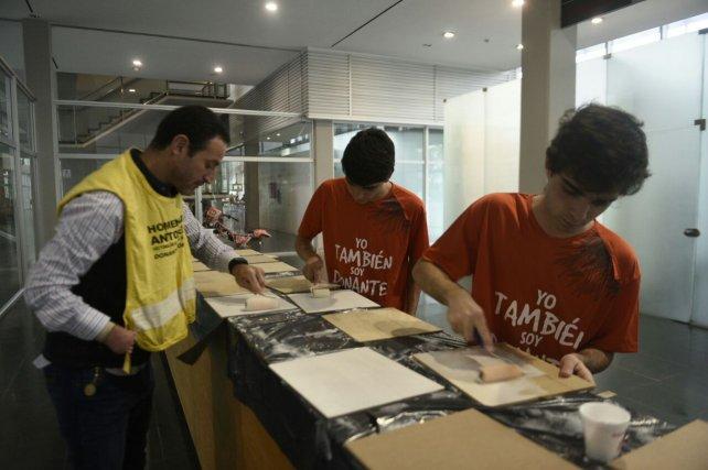 Los voluntarios en el hall principal del Heca, armando el mural.