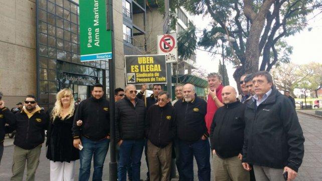 Los taxistas se manifestaron en contra de la posible llegada de Uber.