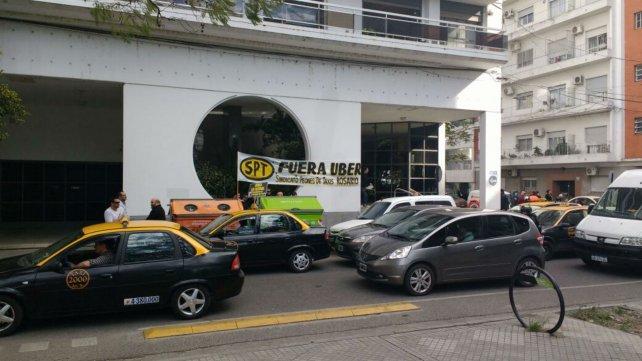 Varias unidades de taxis cortaron el tránsito en la zona.