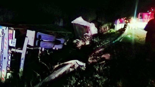 Uno de los camiones siniestrados terminó volcado en la banquina.