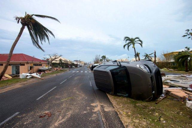 <b>Volcado. </b>Un auto y el reflejo de la potencia del huracán Irma en su paso por Saint Martin.