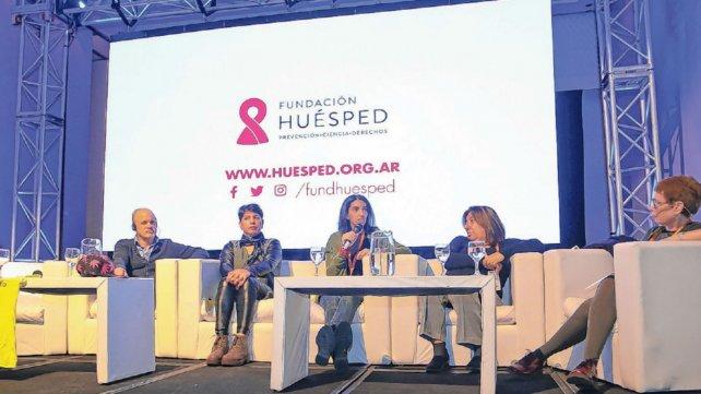 El panel sobre uso de cannabis atrajo la atención de los participantes. Estela Carrizo, la primera mujer a la izquierda, conmovió a los presentes.
