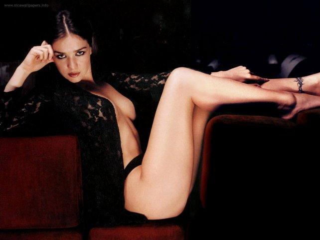 Natalia Oreiro se luce con un striptease súper hot