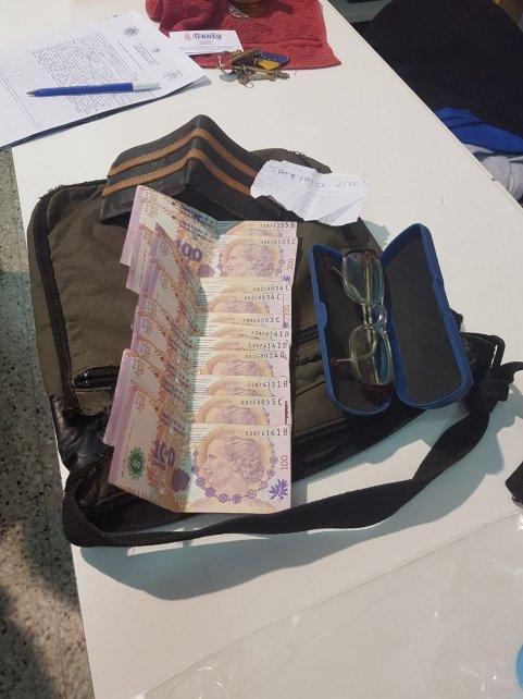 El dinero falso que llevaban los delincuentes.