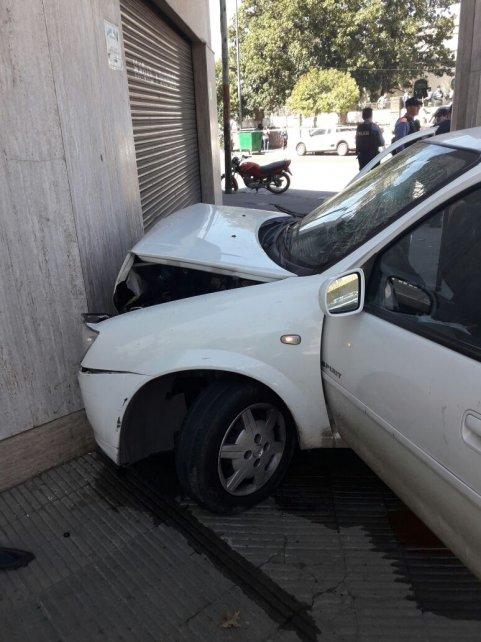 El Chevrolet Corsa en el que huían los delincuentes que tirotearon el frente de una vivienda.