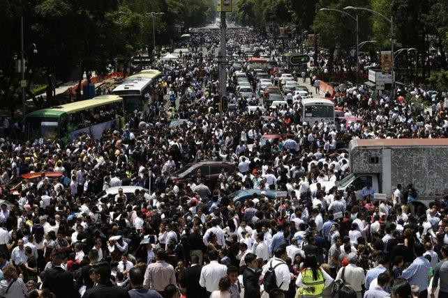 Personas evacuadas en el céntrico Paseo de la Reforma, de la Ciudad de México.