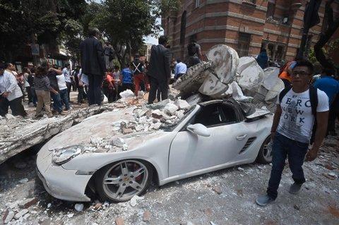 distrito federal. El movimiento telúrico pasó y la gente está en las calles. El alcalde de la ciudad de México hablaba de más de 30 fallecidos allí.
