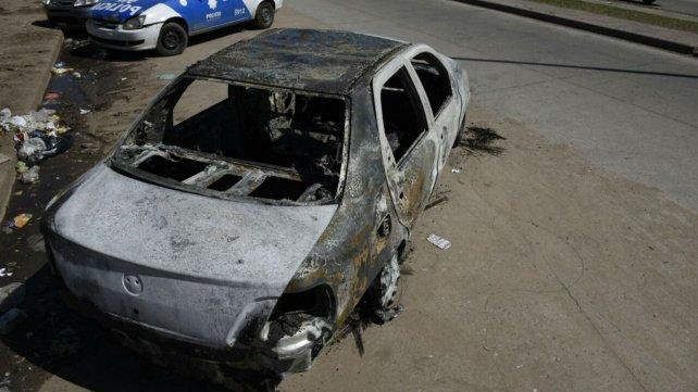 El auto incendiado en la zona oeste.