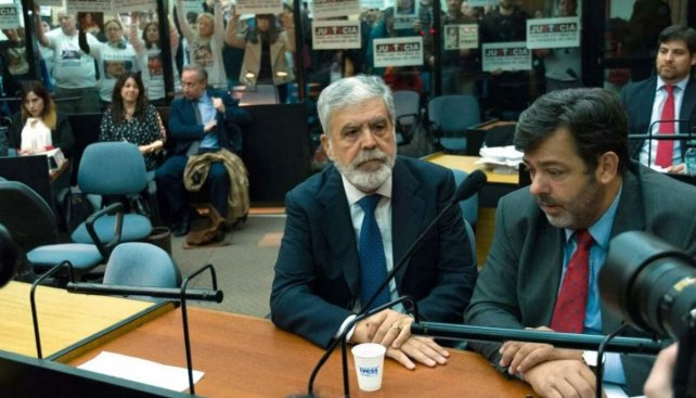 Complicado. Julio De Vido escucha la acusación en el primer día del juicio oral y público.