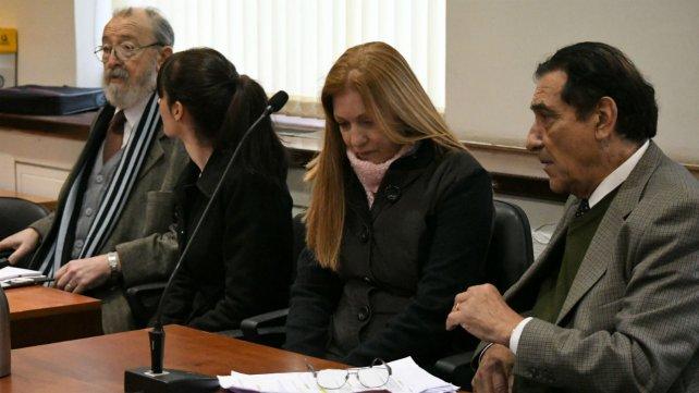 Madre e hija junto a sus abogados defensores en la audiencia de ayer.