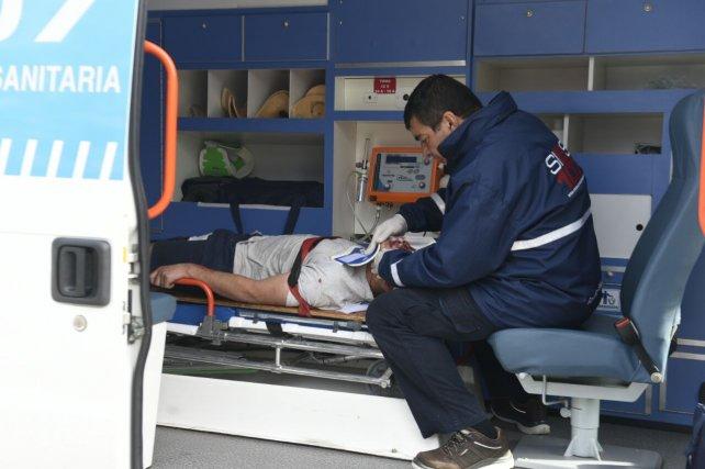 Uno de los heridos es atendido por personal del Sies.