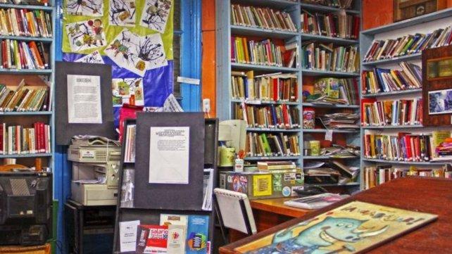 La biblioteca cuenta con más de 20 mil volúmenes.