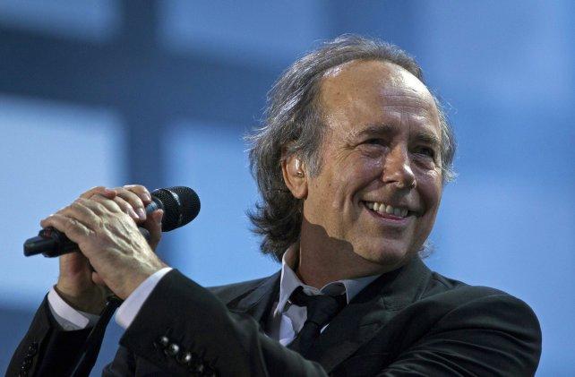 Un emocionado Serrat recibió el honoris causa de la UNR
