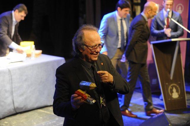Serrat recibió uno de los lápices del Negro Fantanarrosa.