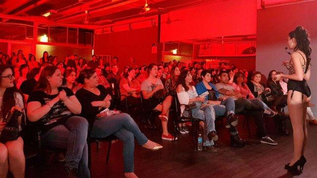 Yanina durante un encuentro en Córdoba donde contó detalles y secretos del burlesque.
