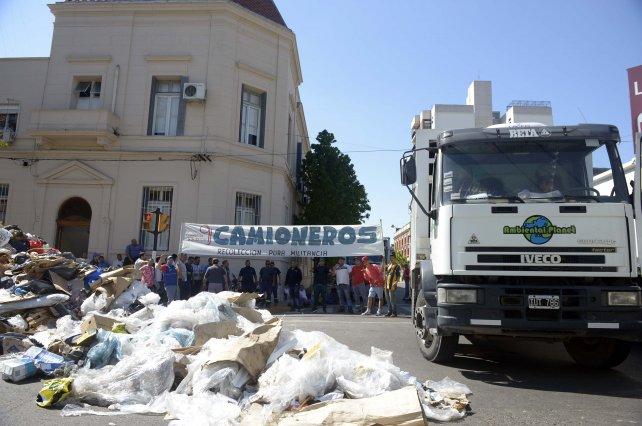 Lagos y Pellegrini, la esquina donde desparramaron 24 toneladas de residuos.