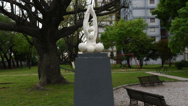 La estatua fue emplazada en la plazoleta Sargento Cabral.