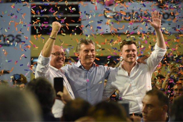 <b>Tras el discurso. </b>Macri posó junto a Cantard y López Molina, los candidatos locales de Cambiemos.