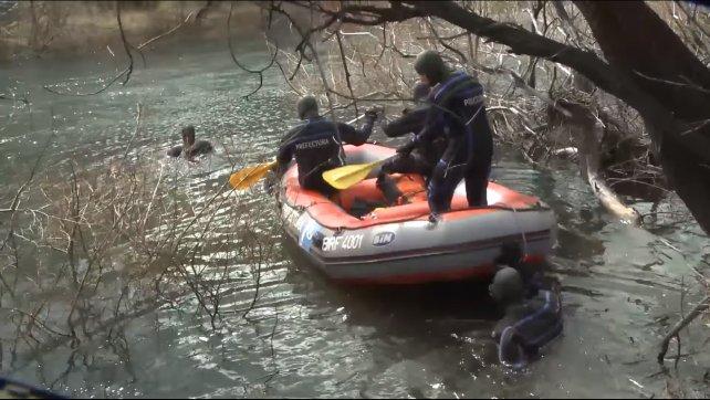Buzos de Prefectura en el río Chubut, muy cerca de donde apareció el cuerpo.